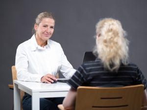 Ernährungsberaterin Susanne mit Kundin im Gespräch