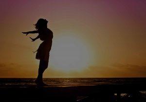 Sonnenuntergang am Strand, glückliche Person