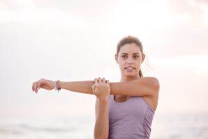 Junge Frau macht Schulter Stretching