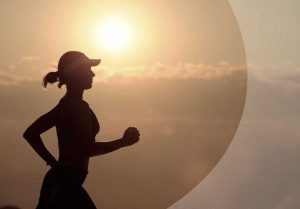 Läuferin im Sonnenuntergang