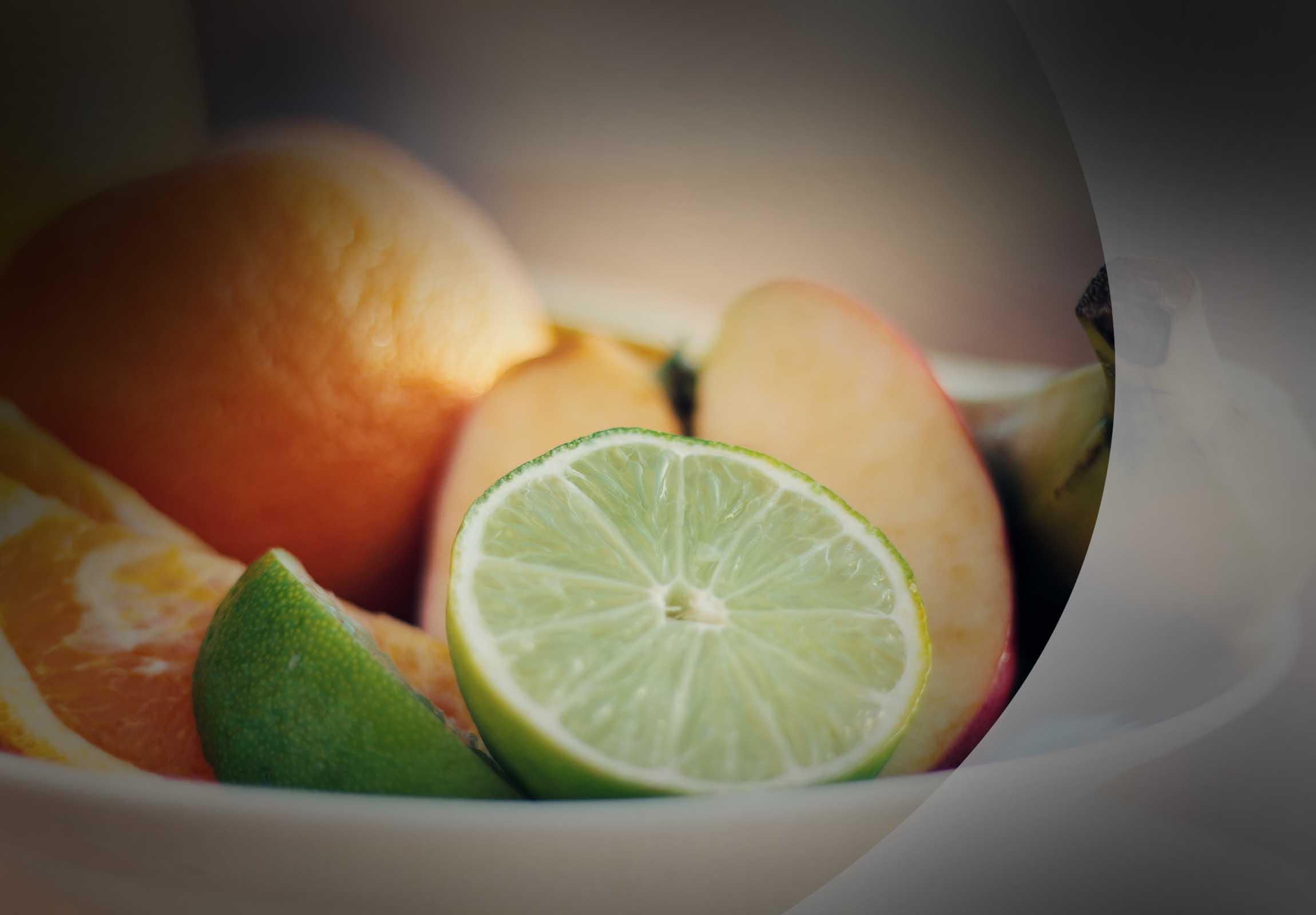Frische Früchte, Limette aufgeschnitten, Orange, Banane