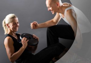 Christian und Susanne mit Hantelgewicht, lachend