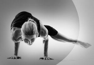 Susanne in einer schwierigen Yogahaltung
