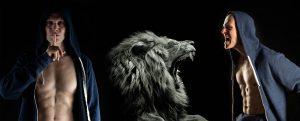 Christian Bechtel mit Kapuze und Löwe